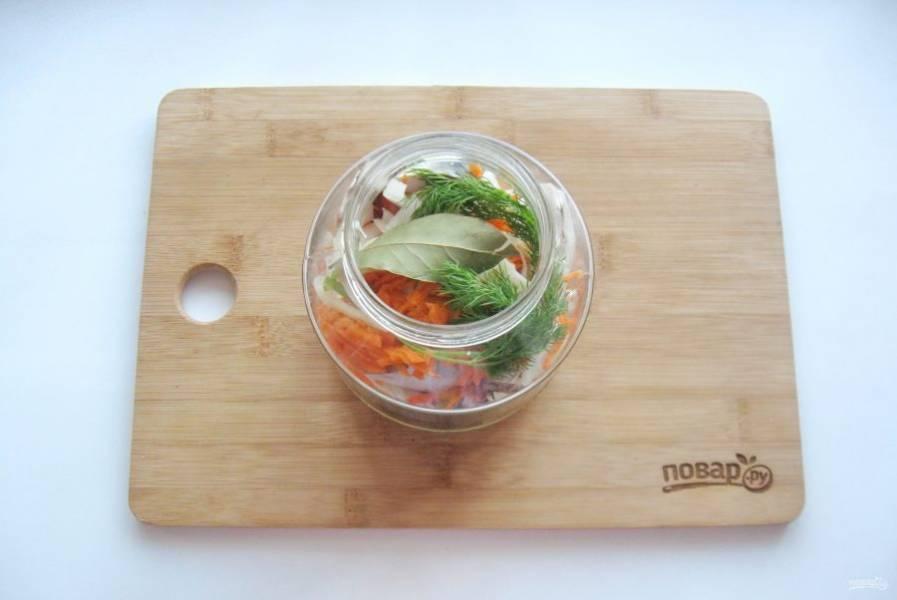 Cлоями выложите рыбу с овощами и зеленью. Добавьте лавровый лист. Налейте 50 мл. воды.