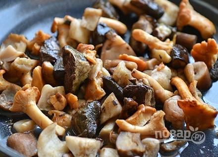 Грибочки промойте и мелко порубите. Обжарьте их в масле на сковороде.