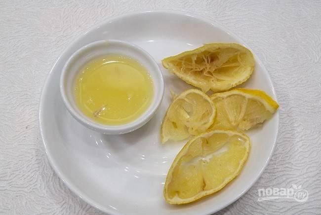Выдавите из лимона сок, нам понадобится 2 столовые ложки.