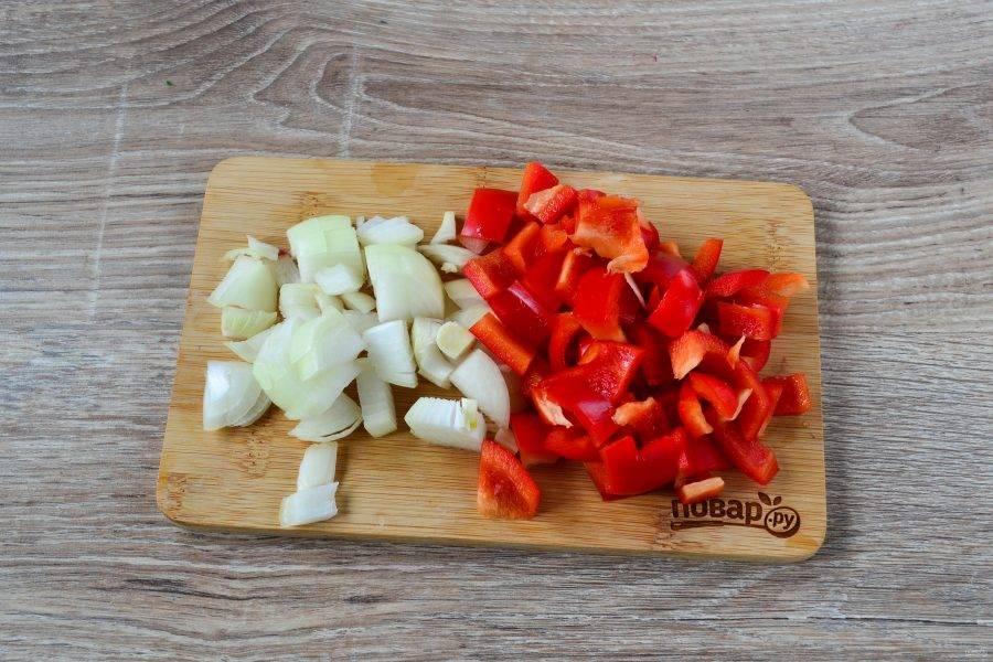 Сладкий перец очистите и нарежьте на небольшие кусочки, но сильно не мельчите, кусочки должны чувствоваться в супе. Лук порежьте крупным кубиком.
