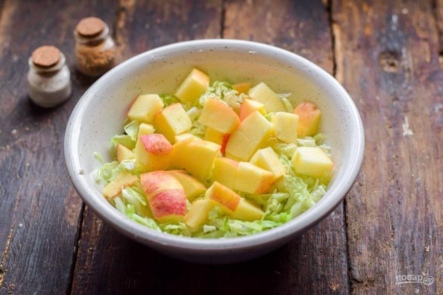 Яблоко сполосните, нарежьте кубиками, добавьте в салат.