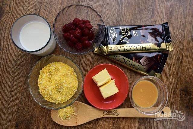 Подготовьте необходимые продукты. Свежезамороженную вишню размораживайте при комнатной температуре, дайте стечь на сито. Масло заранее достаньте из холодильника, оно должно стать комнатной температуры. Бисквитную крошку соедините с измельченной кокосовой крошкой.