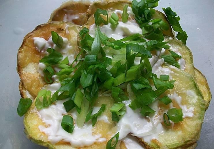 Подаем кабачки с чесночным соусом, присыпав их измельченной зеленью. Приятного аппетита!