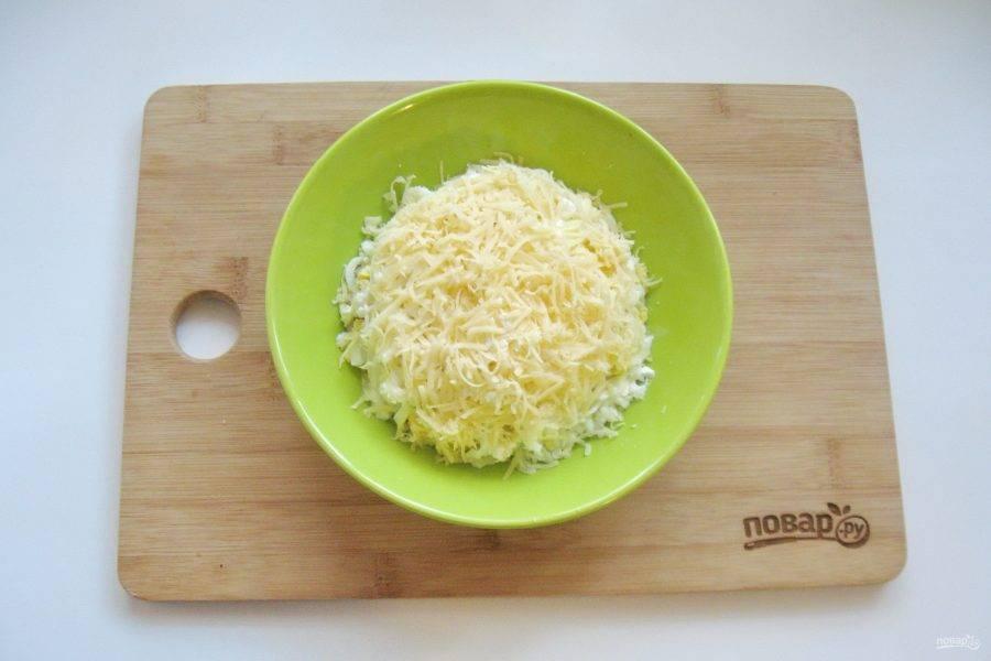 Твердый сыр натрите на терке с небольшими отверстиями и посыпьте верх салата.