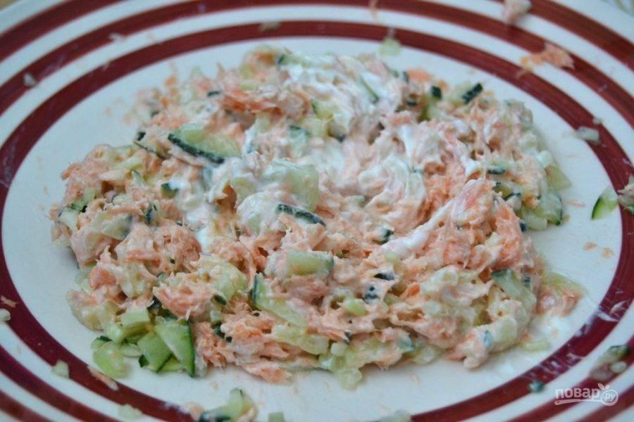 4.Добавьте к салату сметану и снова перемешайте.