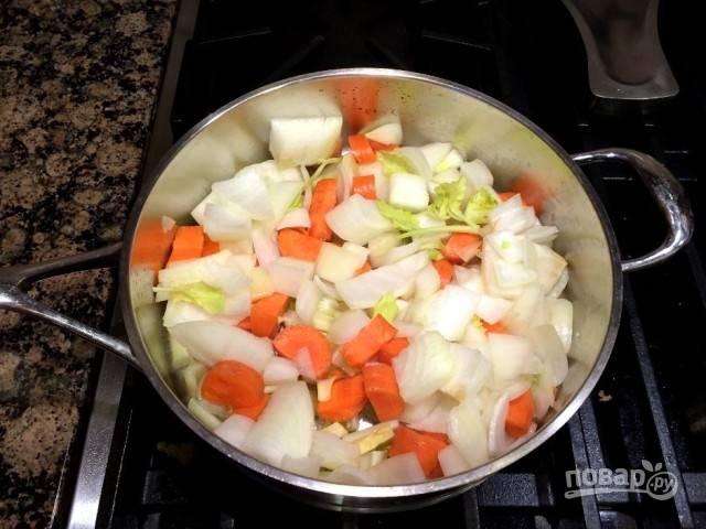 5. Отдельно разогрейте немного масла и выложите измельченные овощи. Обжарьте на среднем огне до мягкости.