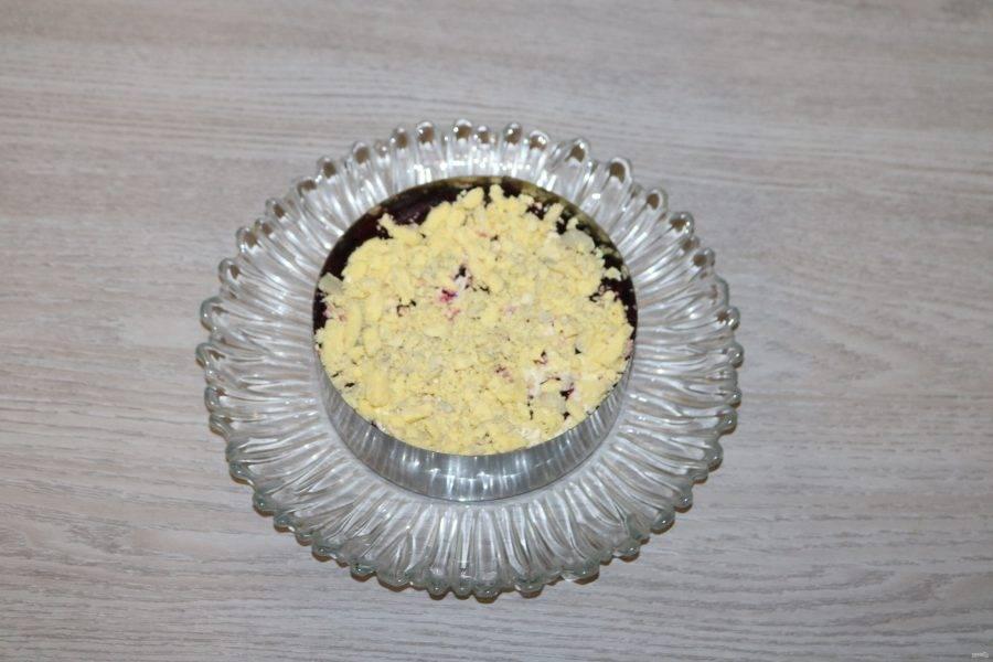 У яиц отделите белки от желтков.  4 слой - натертые на крупной терке желтки.