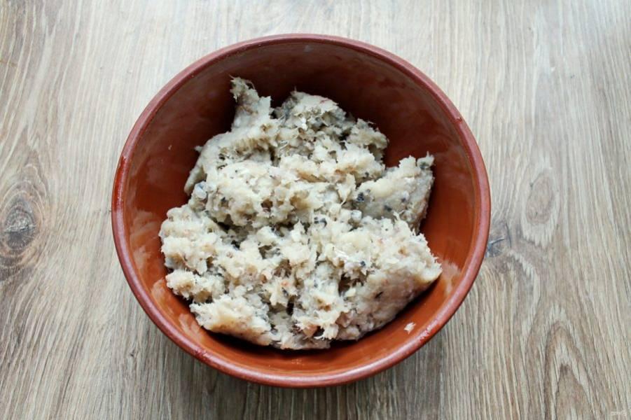 У трески отрежьте плавники, почистите от чешуи, удалите внутренности и ополосните. Из рыбы сделайте филе, удалите кости и прокрутите через мясорубку с мелкой решеткой дважды.