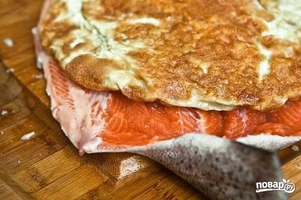 5. Готовый омлет снимите со сковороды и выложите на филе рыбки.