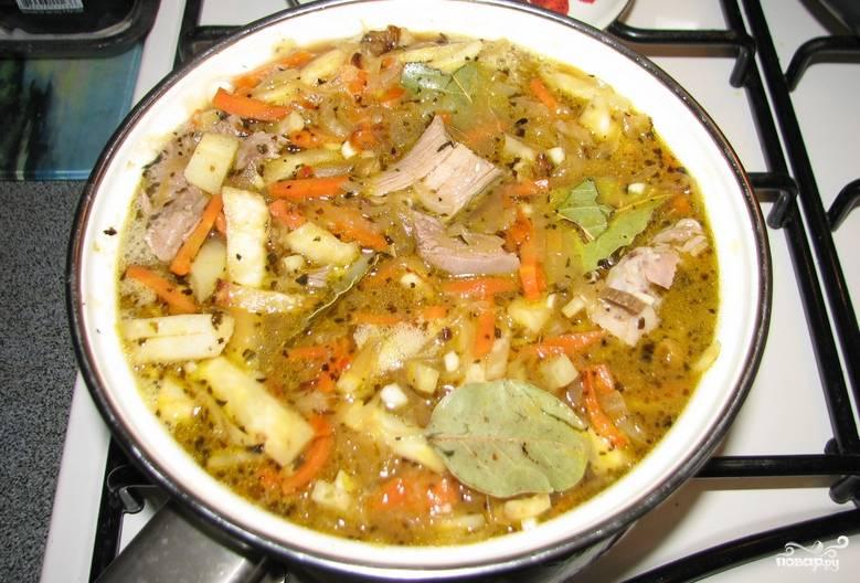 Доводим суп до кипения и переливаем в глиняный горшочек. Ставим его в духовку и томим 2 часа при температуре 120 градусов.