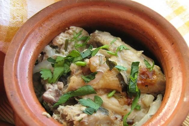 8. Вот такой простой вариант, как приготовить курицу в кефире с овощами. Подавайте к столу прямо в горшочках или переложив на тарелку. При желании можно дополнить такое блюдо гарниром (отварным рисом, например).