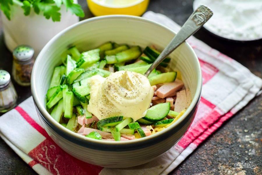 Заправьте салат майонезом, добавьте соль и перец.