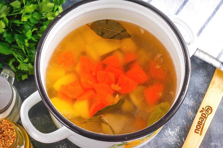 Очистите картофель и морковь, промойте и нарежьте средними кубиками или ломтиками. Выложите в кастрюлю, всыпьте соль. Отварите примерно 15 минут до готовности картофеля.