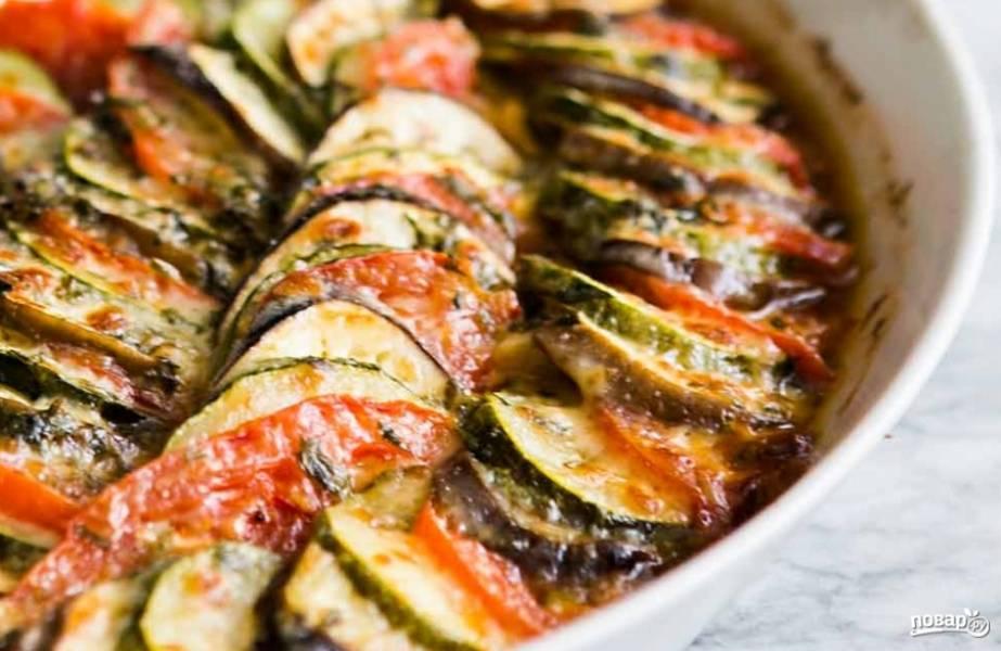 """За 5 минут до окончания снимите фольгу (если есть режим """"Гриль"""" в духовке, включите его), чтобы овощи и сыр подрумянились."""