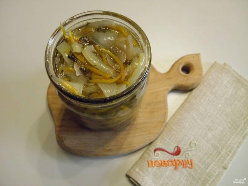 Разложите синенькие с морковкой по стерильным баночкам, накройте стерильными крышками и поставьте каждую баночку стерилизоваться по 30 минут. После закатайте.