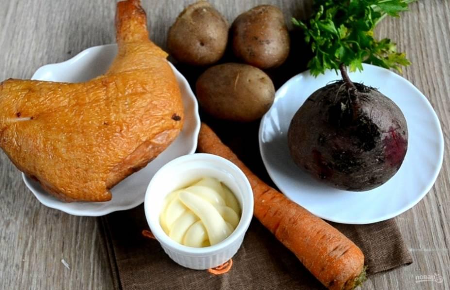 Подготовьте все необходимые ингредиенты. Овощи отварите до готовности в подсоленной воде, а затем очистите. Морковь и картофель следует варить около 20-30 минут, в зависимости от сорта, а свеклу – не менее 40 минут.