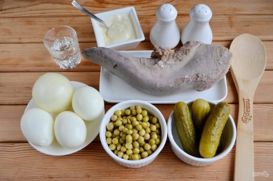Итак, сначала я расскажу, как подготовить язык для салата. Вымойте его под проточной водой. Погрузите в кипящую воду и варите 1 час при слабом кипении. Кипяток позволить языку остаться сочным внутри, закупорит мясной сок. Через час добавьте в бульон по вкусу соль, лавровый лист (3-4 штуки), перец черный горошком (штук 5-6) и перец душистый (5-6 штучек). Варите еще 1 час. Если язык весом до 1 килограмма, этого времени будет достаточно. Если больше, увеличивайте время до 3 часов. Пробуйте, важно не переварить мясо. Готовый язык достаньте из бульона и погрузите на пару минут в ледяную воду, это позволит пленке на языке легко сниматься. Очистите язык с помощью ножа, можно руками. Готово! Отварите яйца, очистите луковицу.
