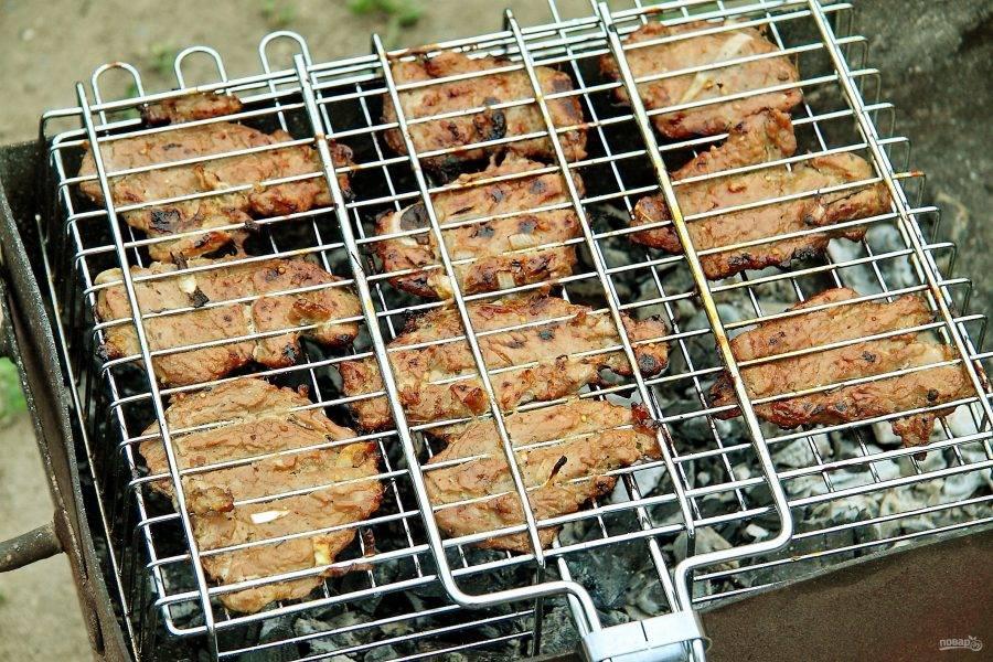 Жарьте периодически переворачивая до желаемой степени готовности мяса.