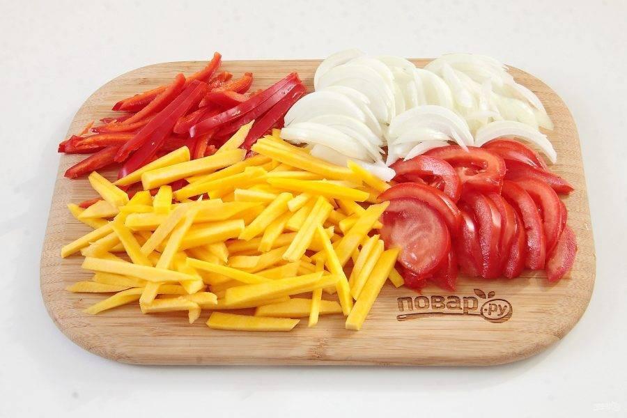 Для начинки нарежьте соломкой тыкву и перец. Лук нарежьте перьями, помидор тонкими дольками.