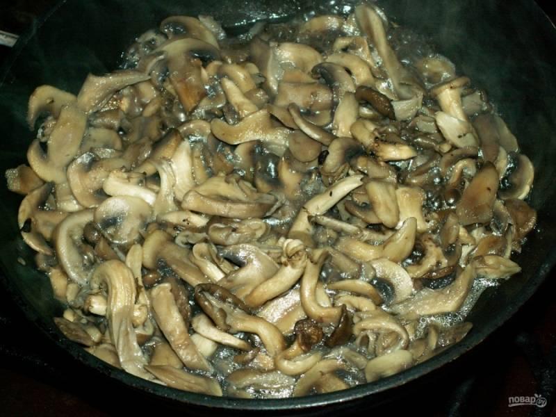 Разогрейте на сковороде масло растительное и обжарьте грибы.