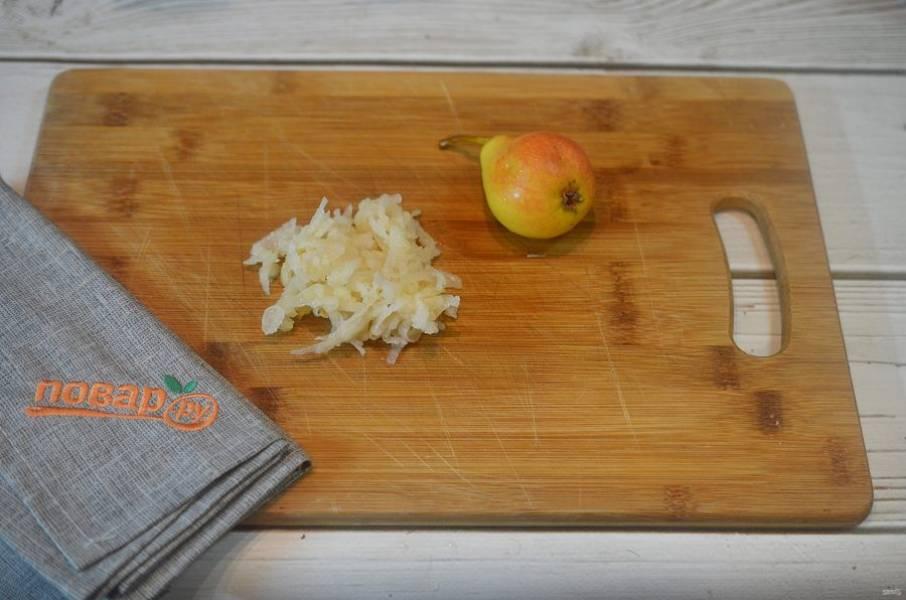 6. Груши почистите и натрите на терке. Добавьте в тесто.