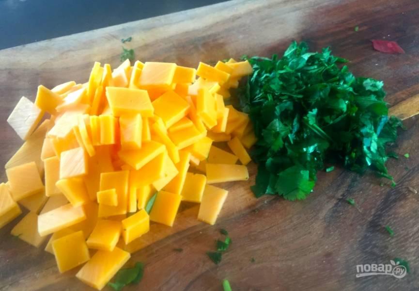 6. Измельчите сыр и кориандр. Посыпьте ими блюдо и подавайте мексиканский завтрак с лавашом.