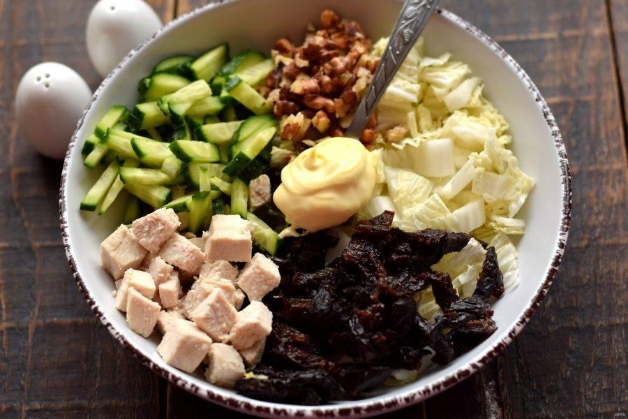 Все подготовленные ингредиенты выложите в глубокую салатницу. Добавьте майонез, соль и молотый перец по вкусу.