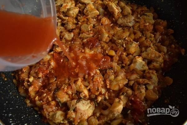 Верните в сковороду куриное мясо, перемешайте. Залейте томатным соком/пюре от консервированных помидоров, посолите по вкусу. При необходимости добавьте сахар по вкусу, помидоры могут придать излишнюю кислоту. Доведите до кипения, уменьшите огонь и готовьте еще 15 минут.