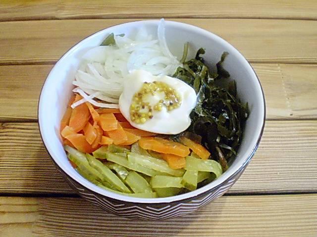 6. Сложить все компоненты салата, добавить майонез, горчицу, специи.