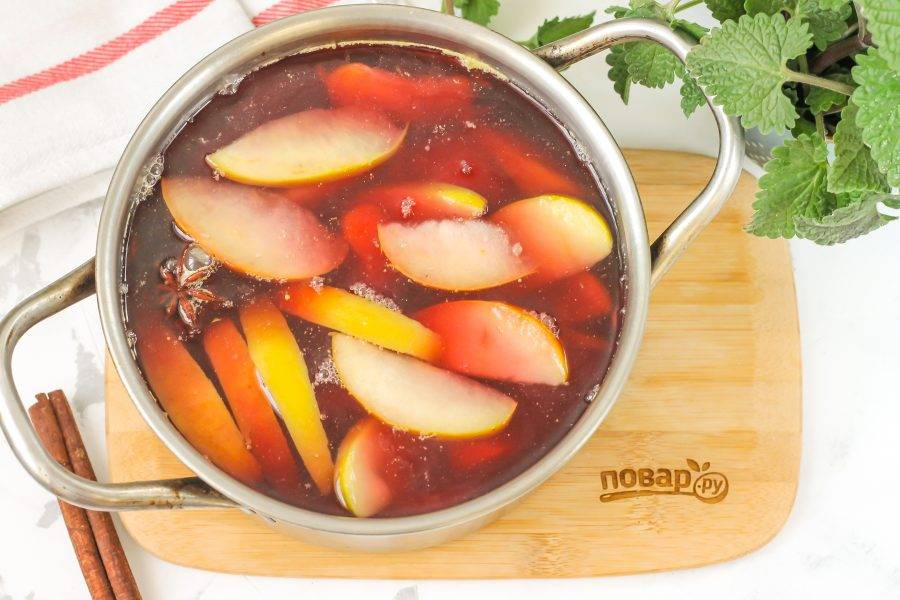 Влейте в емкость красное вино и доведите жидкость практически до кипения, но не кипятите. Выключите нагрев и оставьте глинтвейн остывать около 10 минут.