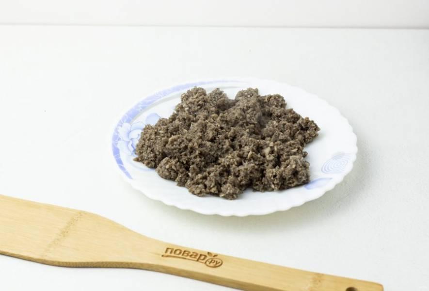 Грибы нарезаем кусочками, приправляем солью и перцем, затем пробиваем блендером. Грибной паштет выкладываем на сухую сковороду без масла и жарим грибы до тех пор, пока не выпарится вся жидкость. Примерно 7-10 минут.