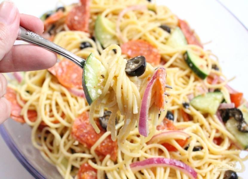 4. Дайте салату настояться в холодильнике 1 час перед подачей. Приятного аппетита!