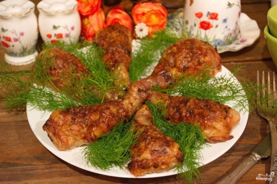 Полейте подготовленные фаршированные куриные ножки растительным маслом. Разогрейте духовку до 200 градусов, запекайте ножки в  духовке около 1 часа.