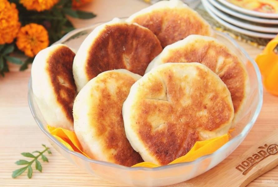 Пирожки из творожного теста с курицей готовы. Очень вкусно в горячем и холодном виде.