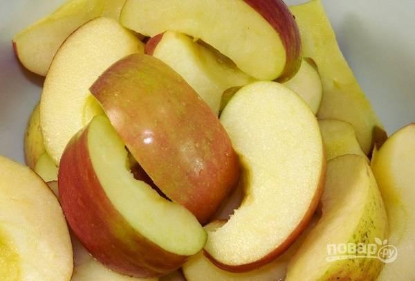 3. Вымойте и обсушите яблоки, удалите сердцевины и нарежьте фрукты дольками.