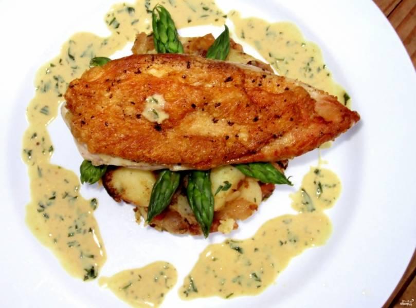Подавайте готовые куриные грудки с эстрагоном, украсив зеленью. Приятного аппетита!