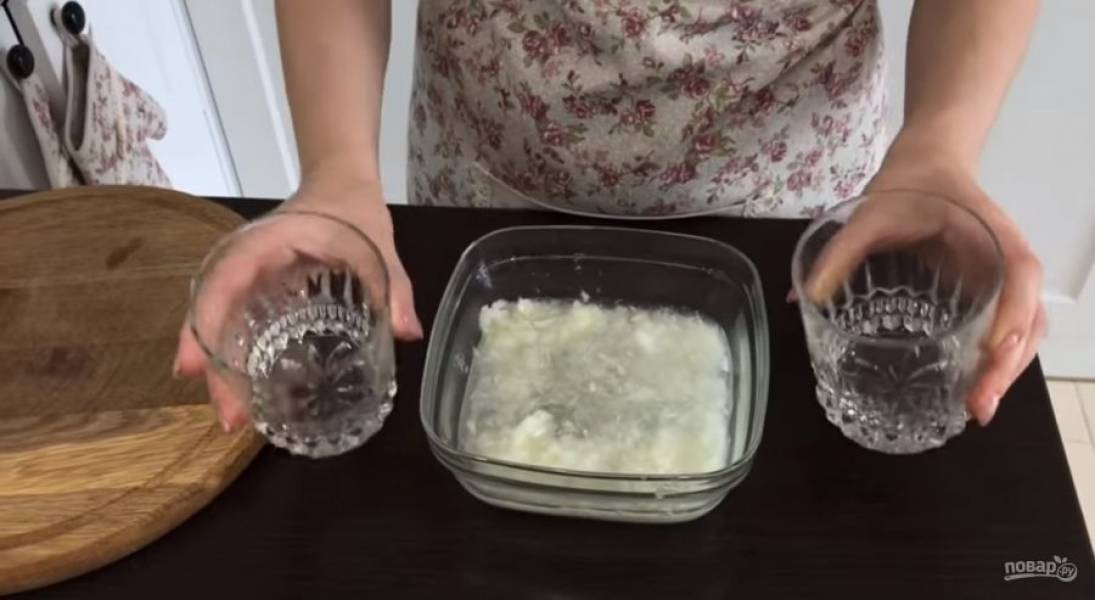 2. Лук измельчите в блендере, залейте водой и уксусом и оставьте на 15 минут. Откиньте лук на дуршлаг, дайте всей жидкости стечь. Мелко нарежьте укроп и смешайте его с измельченным чесноком.