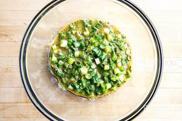 5. Чтобы приготовить соус для рыбы, соедините в глубокой мисочке 2 ложки оливкового масла, сок лимона, мед, горчицу и измельченный зеленый лук. Тщательно перемешайте соус, добавьте по вкусу соль и при желании перец.
