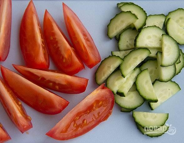 Промытые помидоры и огурцы нарежьте дольками.