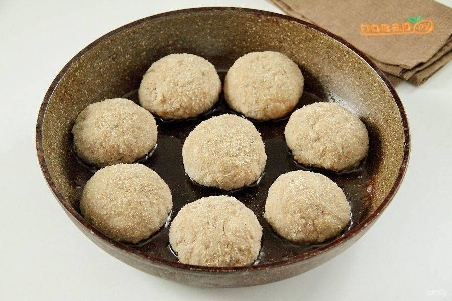 Сформируйте котлеты, обваляйте их в сухарях и выложите на раскаленную сковороду.