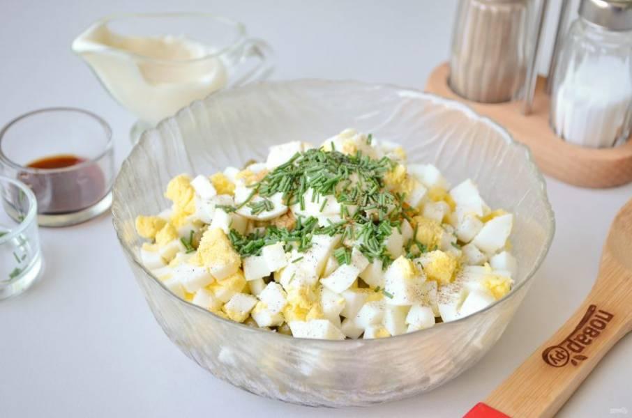 6. Добавьте зелень, перец молотый, бальзамик и майонез. Перемешайте.