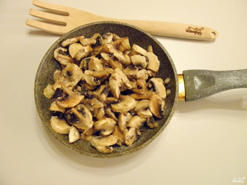 Шампиньоны обжарьте до готовности на растительном масле с солью и молотым перцем.