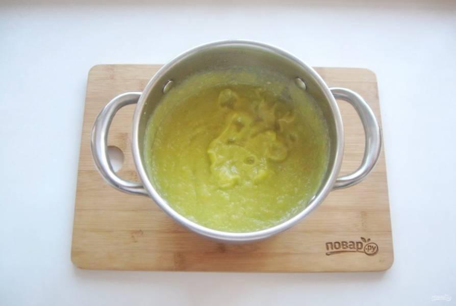 Взбейте блендером вареные овощи с чесноком до консистенции пюре.