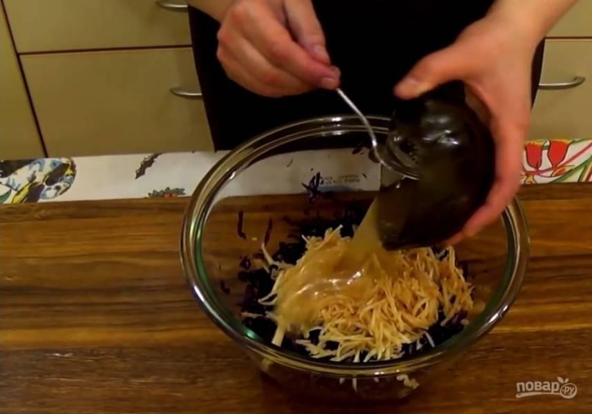 2. В отдельной миске смешайте мед, уксус и растительное масло. Хорошо перемешайте и добавьте заправку к салату. Добавьте горсть промытого изюма и хорошо перемешайте все ингредиенты.