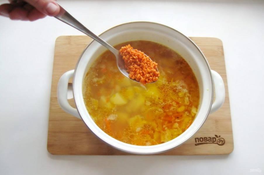 Красную чечевицу помойте и добавьте в кастрюлю. Суп посолите по вкусу, можно и поперчить.
