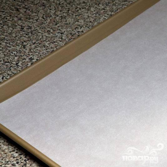 Подготовьте противень, уложите на него бумагу для выпечки и разогрейте духовку до 100 °С.