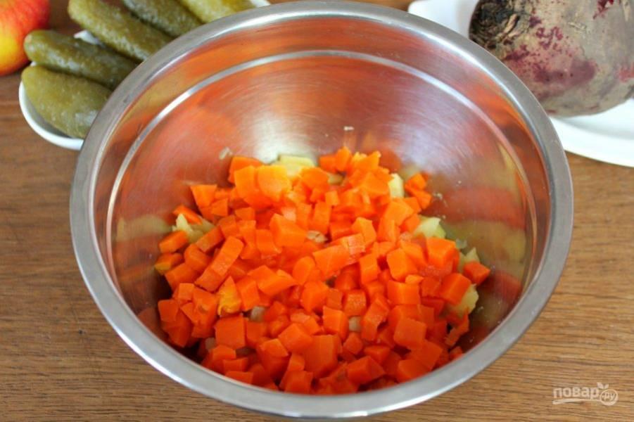 Добавляем нарезанную вареную морковь.