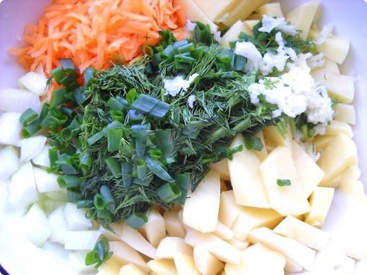 Овощи чистим. Морковь натираем на крупной терке, картошку рубим средними кубами. Лук и зелень режем не очень крупно.