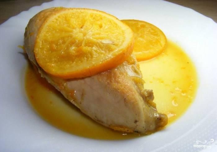 """После этого выставьте мультиварку в режим """"Тушение"""". Налейте к филе немного воды, тушите десять-пятнадцать минут. Не пересушите птицу, иначе мясо потеряет нежность. Отдельно приготовьте соус из апельсинов. Для этого обжарьте в мультиварке кружочки апельсинов с цедрой и апельсиновым соком, добавив перец и соль. Подавайте индейку с апельсиновым соусом."""