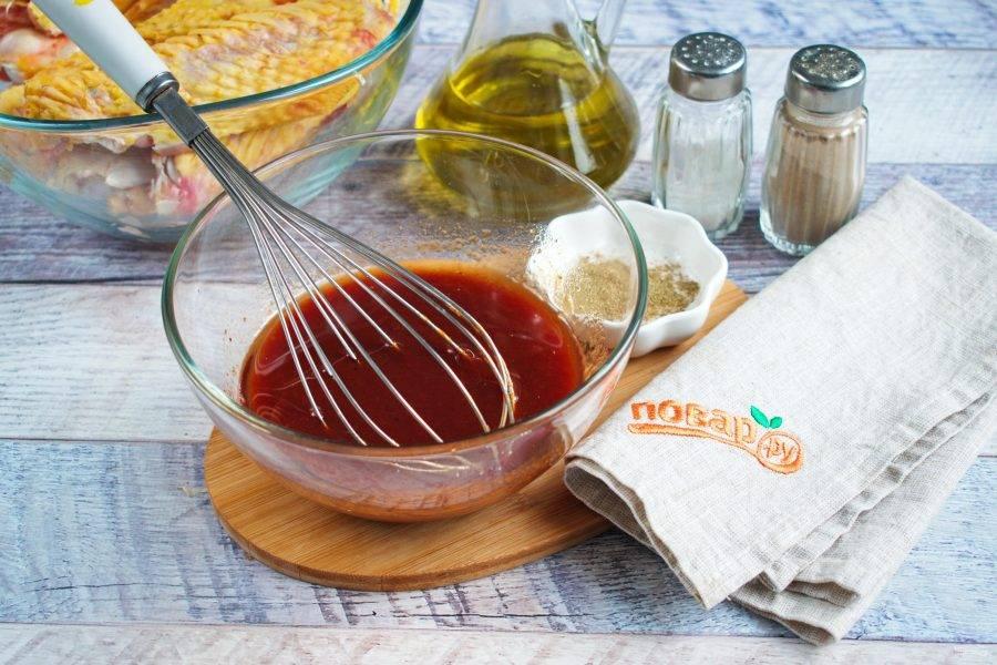 В миске соедините томатный соус, соевый соус, мед, оливковое масло, перемешайте.